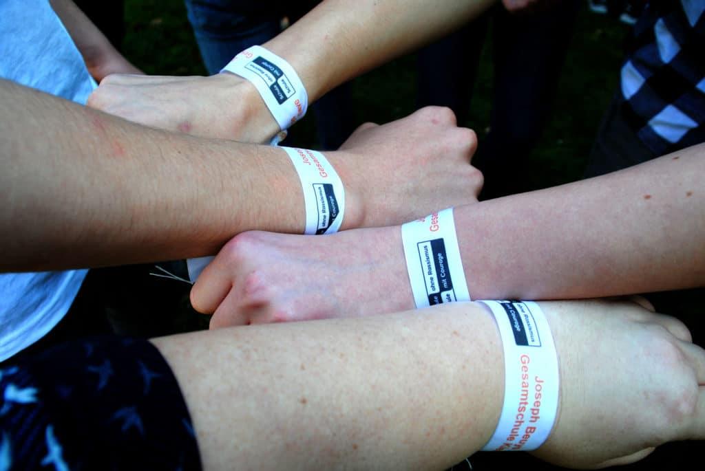 Individuell gestaltete Stoffarmbänder sind der Renner! - personalisierte-bander, armbaender