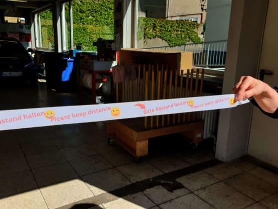 "Band ""Bitte Abstand halten mit Smileys"", 25 m lang - corona-pandemiebedarf"