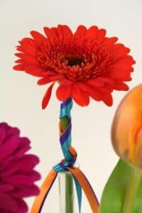 Mit bunten Satinbänder wird aus einer Blüte ein kleines Kunstwerk - floristik