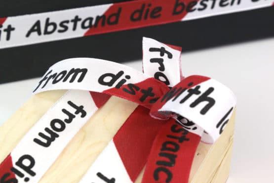 """Geschenkband """"Mit Abstand die besten Grüße"""", 25 mm breit - geschenkband-fuer-anlaesse, dekoband-mit-drahtkante, corona-pandemiebedarf, bedrucktes-satinband, bedruckte-weihnachtsbander, anlaesse"""