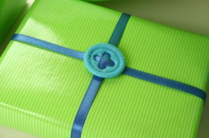 Geschenkverpackung mit Satinbändern schnell gemacht, z.B. für Bücher