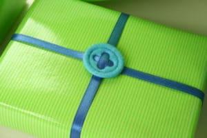 Geschenkverpackung mit Satinbändern schnell gemacht, z.B. für Bücher -