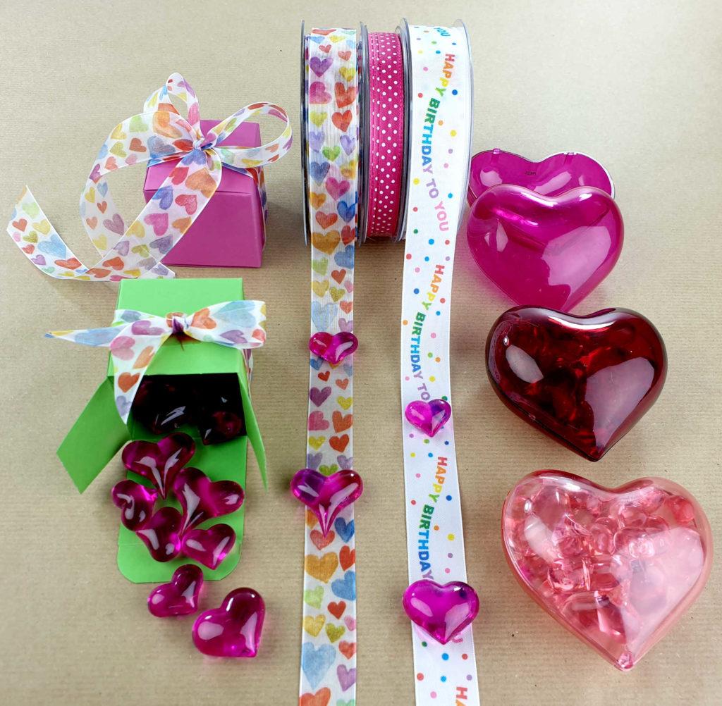 Mit schönen Bändern Liebe verschenken - muttertag, hochzeitsdekoration, geschenkverpackung, geschenkband