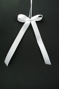 Hochzeitsschleife einfach 199x300 Tips für Hochzeitsschleifen Satinband günstig kaufen