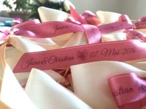 Begeistern Sie Ihre Gäste mit individuell bedruckten Hochzeitsschleifen - personalisierte-bander, hochzeitsdekoration
