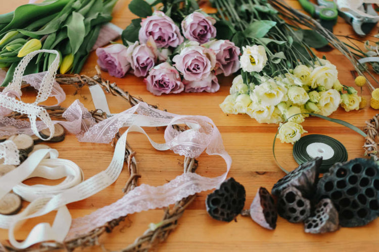 Spitzenbänder mit Schnittblumen und Satinband verarbeitet