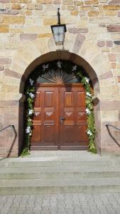 Gelungener Kirchenschmuck - Schleifen aus Satinband - konfirmation, kommunion, hochzeitsdekoration